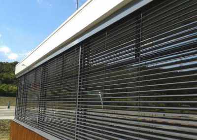 empresa instalacion cortina enrollable en pamplona edificio