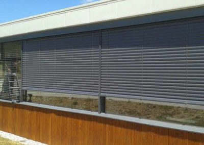 instalacion cortina enrollable en pamplona edificio
