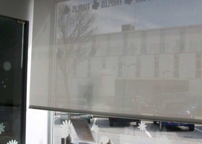 instalacion cortina enrollable pamplona farmacia lamitek