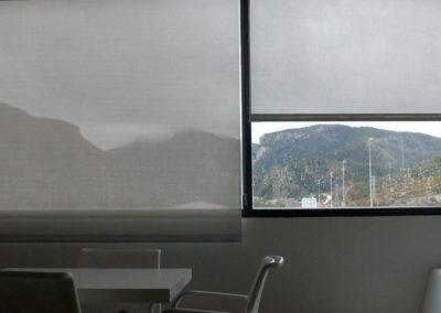 instalacion cortinas enrollables en pamplona edificio